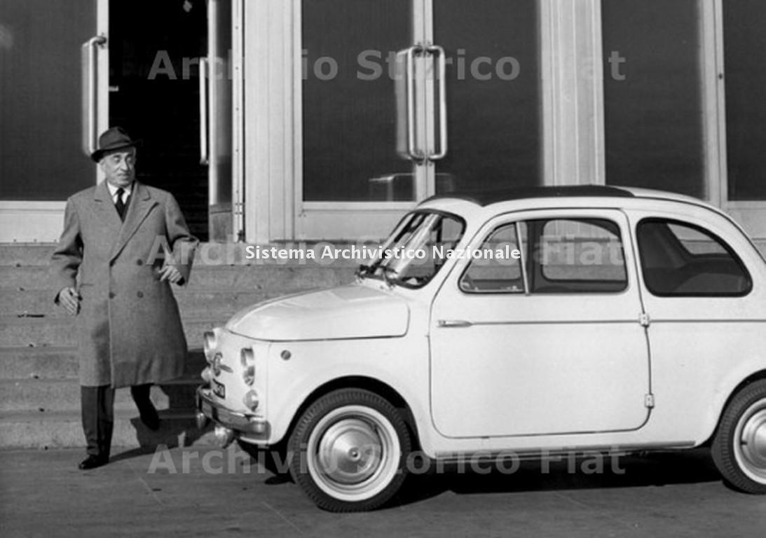 Vittorio Valletta accanto alla Fiat 500 D, Torino 1964 (Archivio e centro storico Fiat, Archivio iconografico)