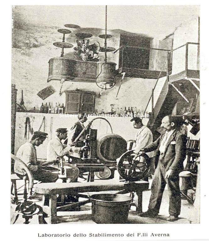 Laboratorio dello Stabilimento dei F.lli Averna di Caltanissetta, 1911