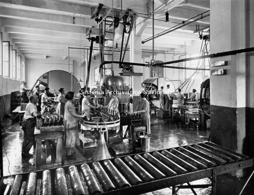 Birra Peroni, operai nella sala imbottigliamento, Roma 1920