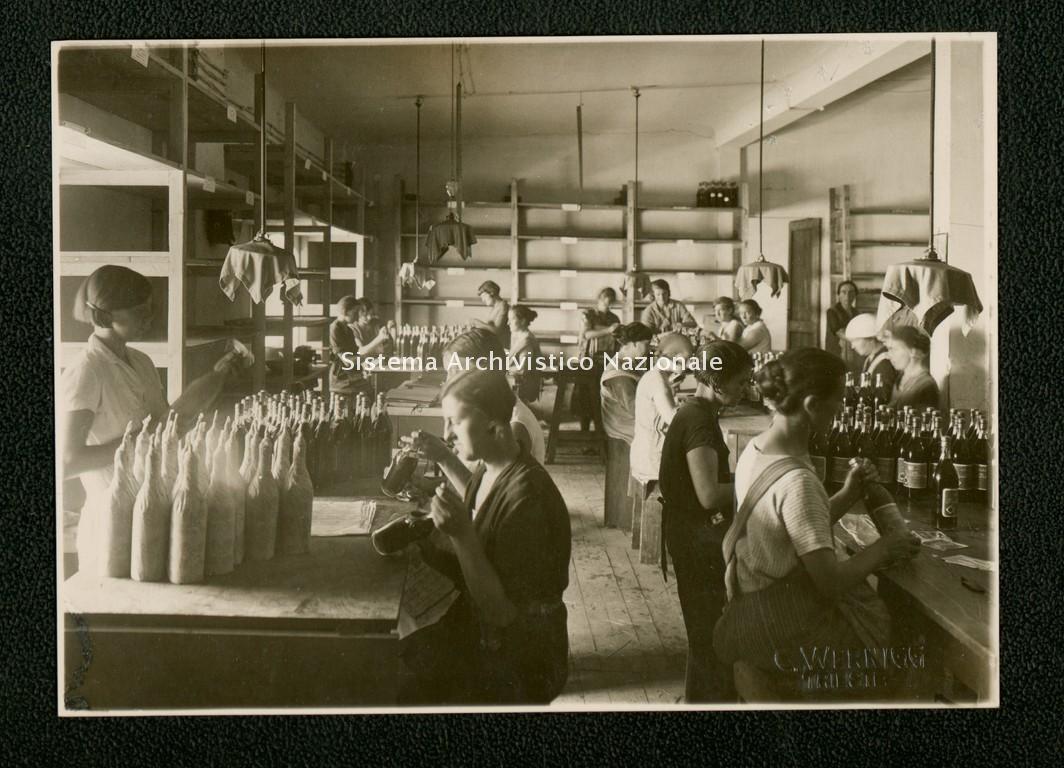 Distillerie Stock, operaie al lavoro, Trieste 1930 ca