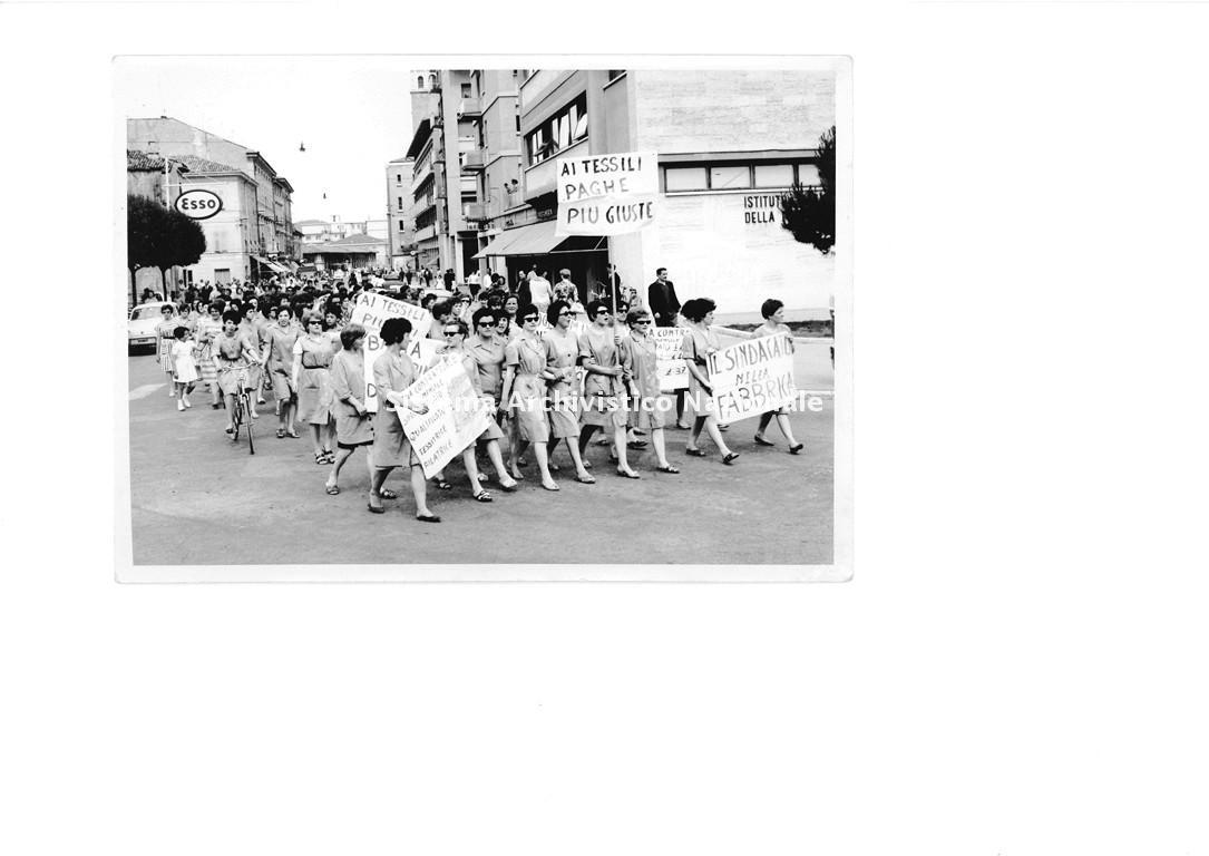 Manifestazione sindacale e sciopero di operaie del Cotonificio di Gorizia, 1960