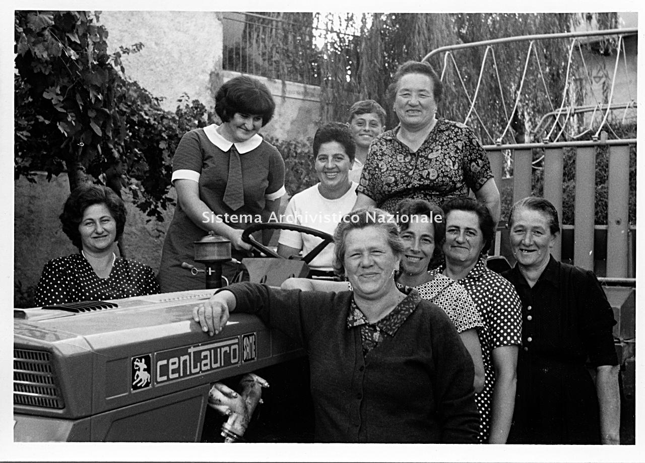 Archivio di Stato di Bergamo, Ispettorato provinciale dell'alimentazione, Ispettorato provinciale dell'agricoltura, Schedario fotografico dell'ex Servizio provinciale Foreste e Alimentazione (1961/1983),1.1: Attività di economia domestica rurale, ---, 2_1.1-057