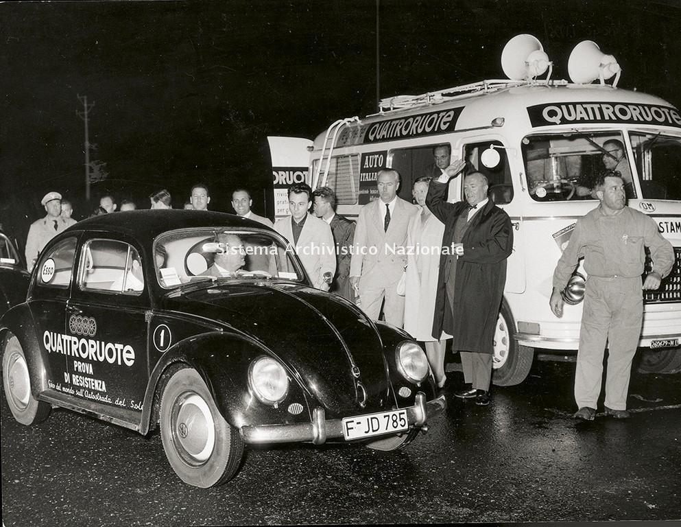 Gianni Mazzocchi dà il via a una prova di resistenza su strada, 1959