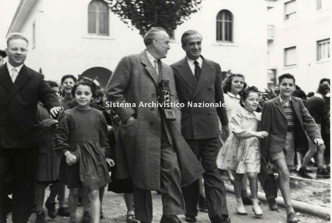 Enrico Piaggio festeggia la cinquecentomillesima Vespa, 1953
