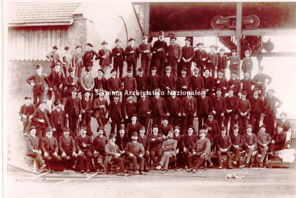 L'ing. Franco Tosi con alcuni dei suoi dipendenti, Legnano 1893